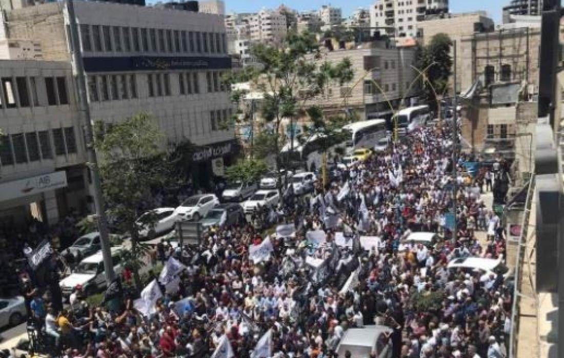 مسيرات حاشدة في رام الله والخليل تنديدًا باغتيال الناشط نزار بنات