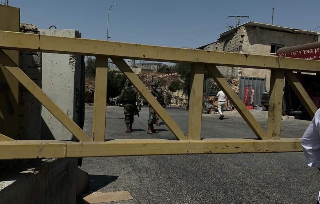 قوات الاحتلال تغلق مدخل بلدة نعلين غرب رام الله وسط الضفة المحتلة