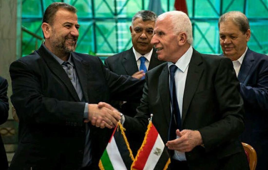 عزام الأحمد وصالح العاروري خلال توقيع اتفاق القاهرة