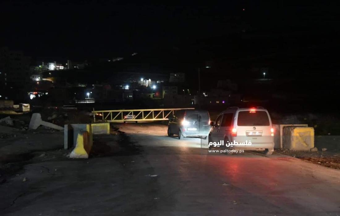 الاحتلال يغلق مدخل مخيم الفوار جنوب الخليل بالبوابات الحديدية (1)