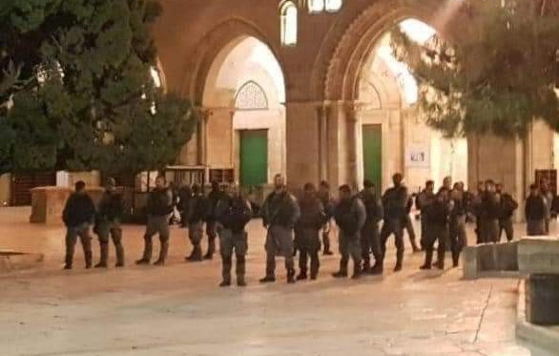 لحظة اعتداء الاحتلال على المصلين