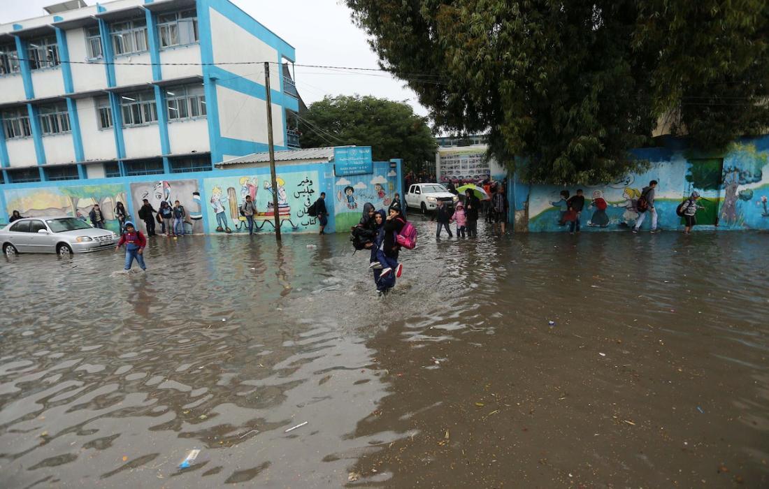 أمطار الشتاء تغرق الشوارع في غزة