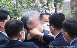 كوري جنوبي يلقي حذائه في وجه الرئيس مون