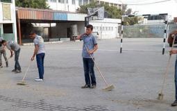 طلبة المدارس ينظفون مدارسهم بايديهم