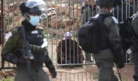 قوات الاحتلال تعتقل مأمور ورئيس محكمة سلفيت
