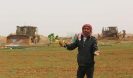 توغل لجرافات الاحتلال شرق خانيونس وتهديد المزارعين بإزالة محاصيلهم الزراعية (15).jpeg