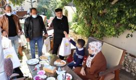 توزيع هدايا على مرضى السرطان بغزة