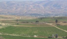 """مزارعو """"سهل القاعون"""" يحرثون الأراضي بعد حرمان الاحتلال من زراعتها منذ 46 عامًا"""