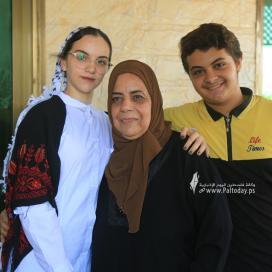 بالصور:الطالبة منة الله مشعل حسن البطة الأولى على مستوى فلسطين القسم الأدبي بمعدل 99.7 %  من غزة