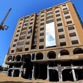 بالصور: بدء أعمال إزالة برج الجوهرة وسط مدينة غزة الذي تعرض  للقصف الإسرائيلي خلال العدوان الأخير في مايو 2021