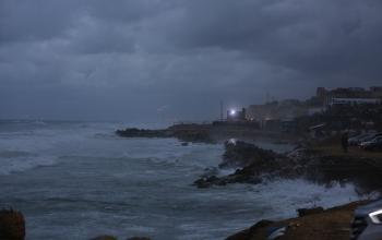 أجواء المنخفض الباردة على شاطئ بحر مدينة غزة