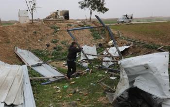 آثار القصف الاسرائيلي لأراضي المزارعين ومراصد للمقاومة شرق خانيونس