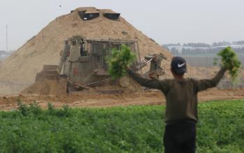 توغل لجرافات الاحتلال شرق خانيونس وتهديد المزارعين بإزالة محاصيلهم الزراعية