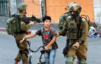 قوات الاحتلال تعتقل طفل فلسطيني قاصر