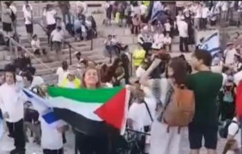 السيدة التي رفعت علم فلسطين _هالة الشريف.JPG